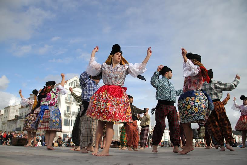THE TRADITIONAL 7 WOMEN'S SKIRTS IN NAZARÉ portugal